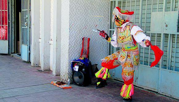 La danza de las tijeras lo llevó por el mundo y ahora baila en una esquina del centro de Huancayo