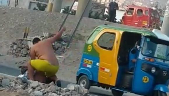Transeúntes filmaron con sus celulares el cruel ataque a un hombre porque este sujeto que tenía el torso desnudo. (Captura de video).