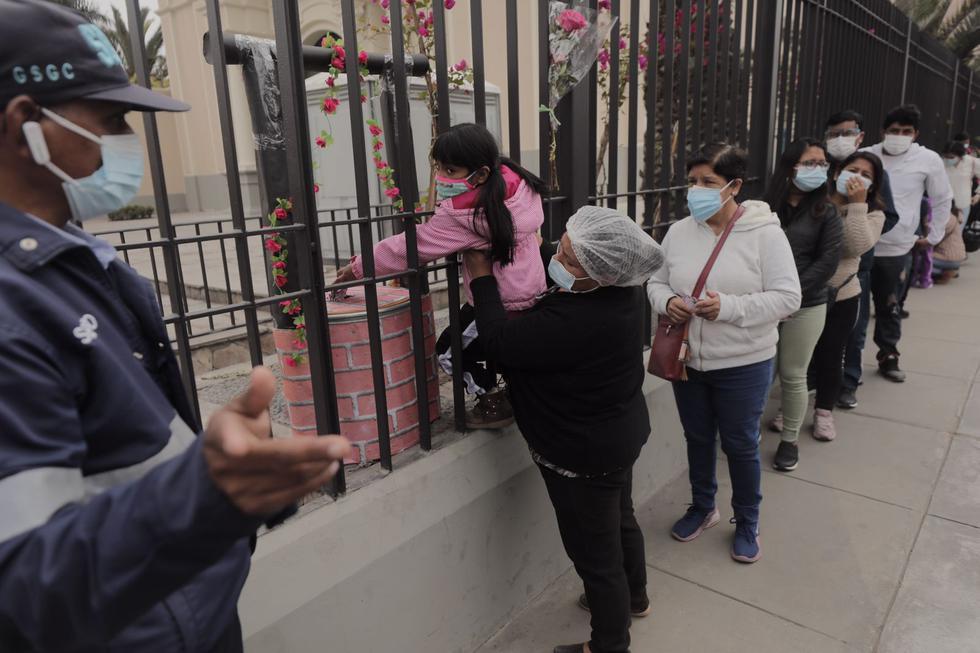 Decenas de personas continúan llegando este lunes a los exteriores de la Basílica Santuario de Santa Rosa, ubicada en la Av. Tacna, en Cercado, para dejar cartas y ofrendas a la patrona de Las Américas, cuyo día se conmemora hoy, 30 de agosto. (Foto: Leandro Britto/@photo.gec)