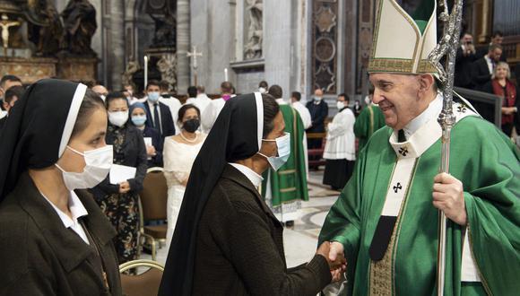 Esta fotografía tomada por Vatican Media muestra al Papa Francisco saludando a la monja Gloria Cecilia Narváez al final de la misa en la Basílica de San Pedro en el Vaticano. (Foto: VATICAN MEDIA / AFP)