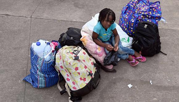 Una niña migrante esperando a sus padres. (Foto referencial: AFP / Alfredo ESTRELLA).