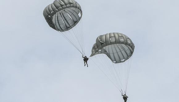 El soldado Luis Garcés, alumno del curso de paracaidismo, se encontraba en un entrenamiento de operación de salto de línea estática. (Foto: Juan BARRETO / AFP)