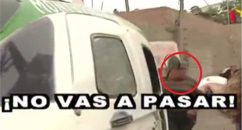 Ate: anciano cierra única vía de tránsito y cobra 'peaje' a sus más de 8 mil vecinos (VIDEO)