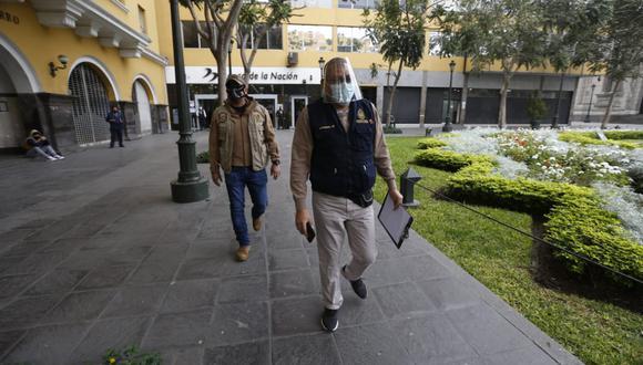 Fiscal Reynaldo Abia realizó una diligencia el último lunes en el Ministerio de Economía y Finanzas. (Fotos: Mario Zapata Nieto / GEC)