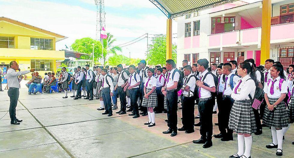 Estudiantes inician clases en colegios en mal estado