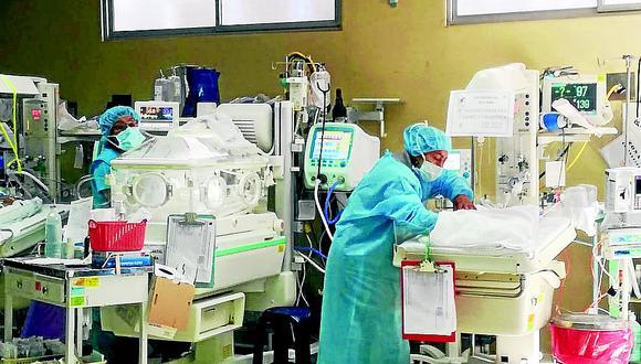 22 bebés prematuros hacinados en una sala del hospital El Carmen