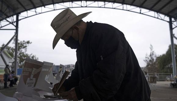 Un hombre emite su voto en un colegio electoral durante las elecciones de mitad de período en Tijuana, México, el 6 de junio de 2021. (Foto de Guillermo Arias / AFP).