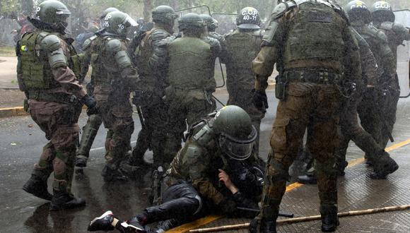 Un millar de personas se reunió en Plaza Italia para marchar en una manifestación mapuche por la principal arteria de la ciudad, actividad donde se reportaron 10 detenidos y 18 personas heridas, entre las que se encontraba la fallecida. (Foto: Martin BERNETTI / AFP)