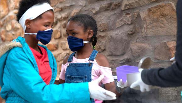 África superó el jueves el límite de los dos millones de contagios por Covid-19 con algo más de 48.400 muertes. En tanto, el país intenta prepararse para una segunda ola de la enfermedad. (Foto: EFE)