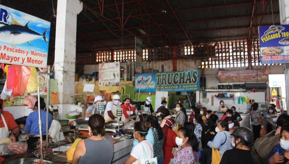 Personas se aglomeran en Mercado Modelo Foto: Correo