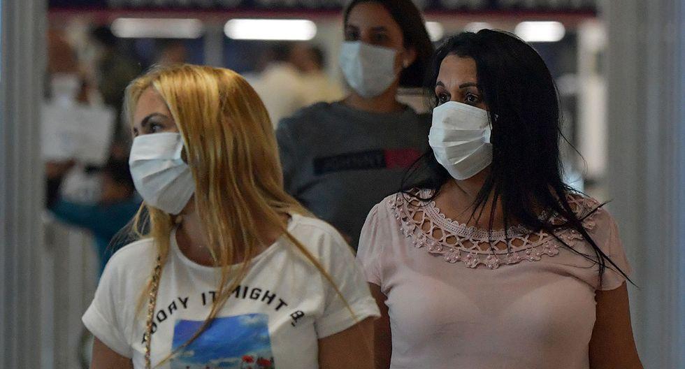 Pasajeros usan mascarillas como medida preventiva contra la propagación del coronavirus COVID-19 en el Aeropuerto Internacional de Tocumen, en la Ciudad de Panamá. (Foto: AFP)