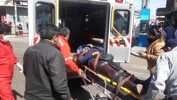 Mujer fue llevada por bomberos al hospital Hipólito Unanue