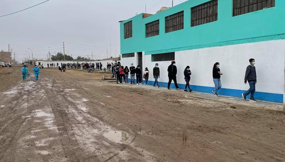 Mayores de 18 años a más madrugaron para inocularse en Cañete.(Foto: Diresa Cañete)
