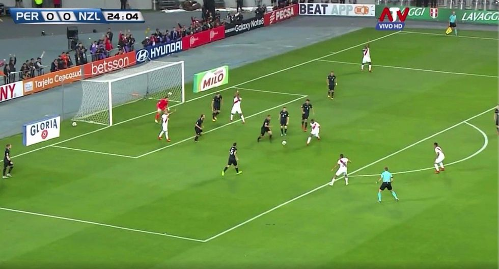 Perú vs. Nueva Zelanda: árbitro no cobra claro penal a favor de la bicolor (VIDEO)