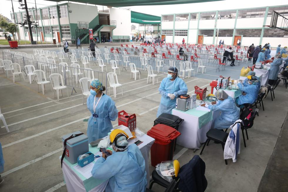 Desde las primeras horas de la mañana, de este viernes 7 de mayo, se desarrolló la aplicación de la segunda dosis de la vacuna contra el COVID-19 programada para los adultos mayores de 80 años, en los centros de inmunización implementados en Lima y Callao, como parte de la nueva estrategia territorial de inmunización desplegada por el Ministerio de Salud (Minsa). En esta ocasión, se pudo reportar la poca asistencia a la jornada de inmunización en los distritos de Breña y Chorrillos. (Fotos Britanie Arroyo / @photo.gec)