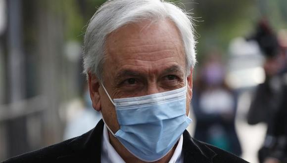 El presidente de Chile, Sebastián Piñera, habla con los medios en el centro de votación luego de sufragar en el plebiscito constitucional. (EFE/Elvis González).