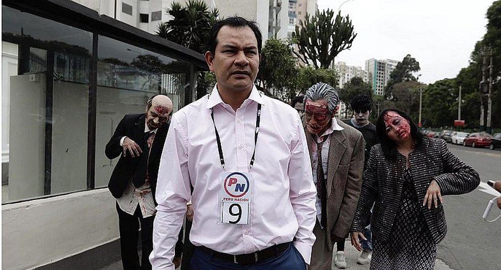 """Elecciones 2020: Candidato se inscribe ante JNE acompañado de """"zombies"""""""