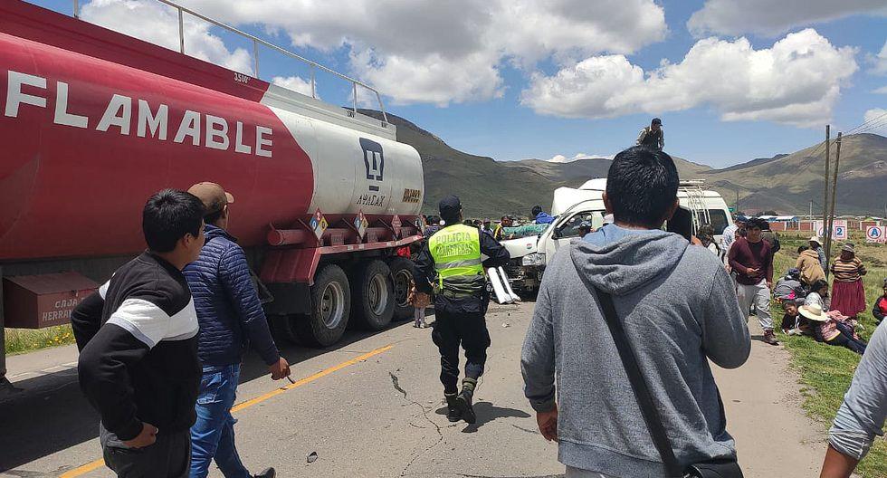 Dos muertos deja choque entre una combi y cisterna en Calapuja