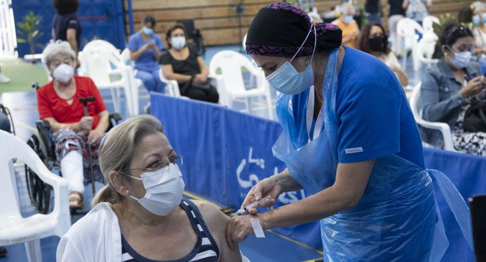 Un trabajador de la salud administra una dosis de la vacuna COVID-19 de fabricación china CoronaVac a un maestro en Santiago de Chile, Chile, el 15 de febrero de 2021. (Martin BERNETTI / AFP).