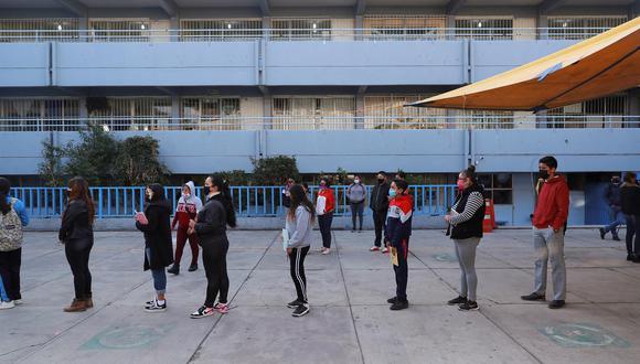 Estudiantes de nivel secundaria se forman en una escuela en la Ciudad de México. Tras más de un año sin clases presenciales y luego de la vacunación del personal docente, miles de estudiantes retomaron este lunes las lecciones en las aulas, aunque el regreso todavía es voluntario. (Foto referencial: EFE/Carlos Ramírez)