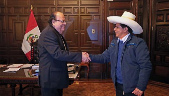 El presidente Pedro Castillo junto al titular del BCR, Julio Velarde. (Foto: @PedroCastilloTe)