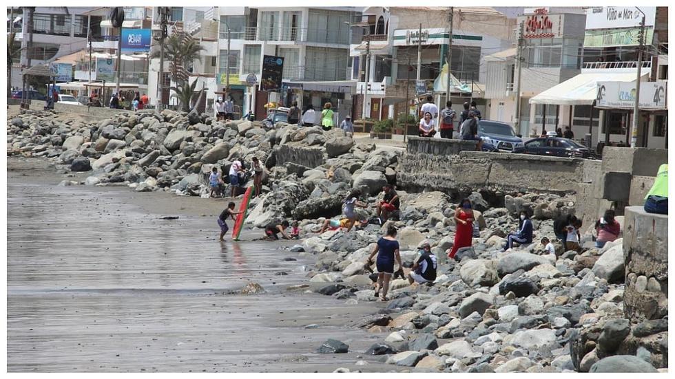 Trujillanos acudieron masivamente al balneario de Huanchaco (FOTOS)