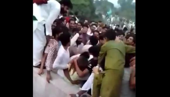 La policía de Pakistán ya ha abierto investigaciones contra 400 hombres que agredieron a la mujer, que estaba grabando videos para TikTok durante su estancia en el lugar. (Captura de video/Twitter).