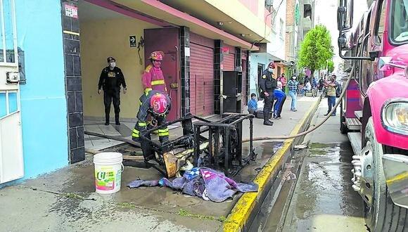 Agentes y bomberos ayudan