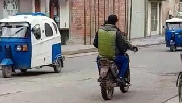 Los presuntos delincuentes se movilizan a bordo de una motocicleta. (Foto: Difusión)