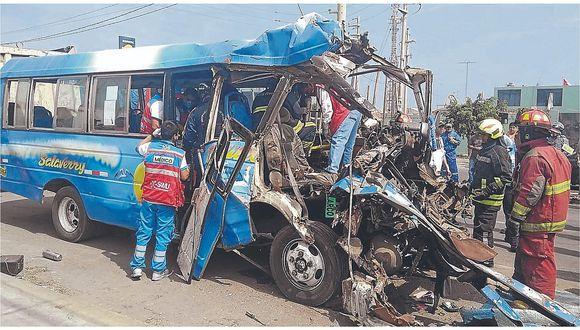 Un muerto y diecisiete heridos en colisión de microbús y un camión