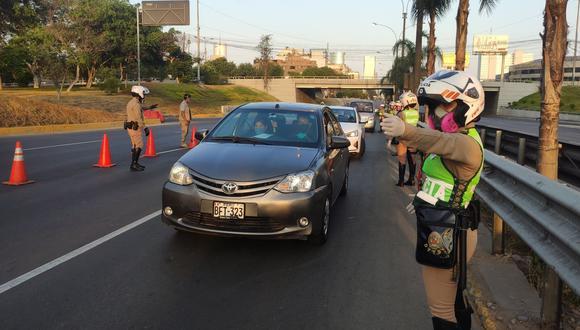 Este domingo se podrá circular en auto sin restricción, pero el toque de queda inicia a la media noche. (Foto: Andina)