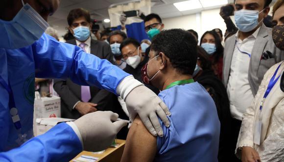 La mayoría de la cola eran jóvenes paquistaníes que aún no eran elegibles para la vacunación gratuita del gobierno. (EFE)