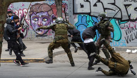 Policías antidisturbios chocan con manifestantes durante una protesta de indígenas mapuche en el centro de Santiago, el 10 de octubre de 2021, en medio de la conmemoración del Día de la Raza. (Foto: Martin BERNETTI / AFP)