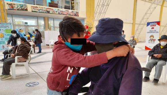 El menor dejó sorprendidos a los trabajadores de salud, que lo vieron junto al octogenario en un taxi. Dijo que quiere mucho a su abuelo Juan Munive (85), y por eso lo apoyo para llegar a su centro de vacunación.