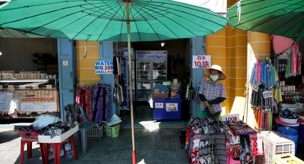Nuanphan Sukho, que regenta una tienda de ropa y bebidas cerca del Gran Palacio Real, explica que sus ingresos diarios se han reducido en un 50 % hasta 1.000 o 2.000 bat (unos 32 dólares/29 euros o 64 dólares/59 euros) debido a la ausencia de clientes. (EFE).