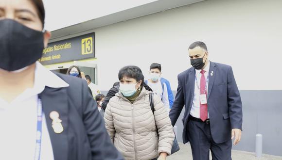 Proveniente de Cajamarca, Lilia Paredes llegó a Lima minutos antes de las 12:30 p.m. y estuvo resguardada por personal de seguridad. (Foto: Jessica Vicente/@photo.gec)