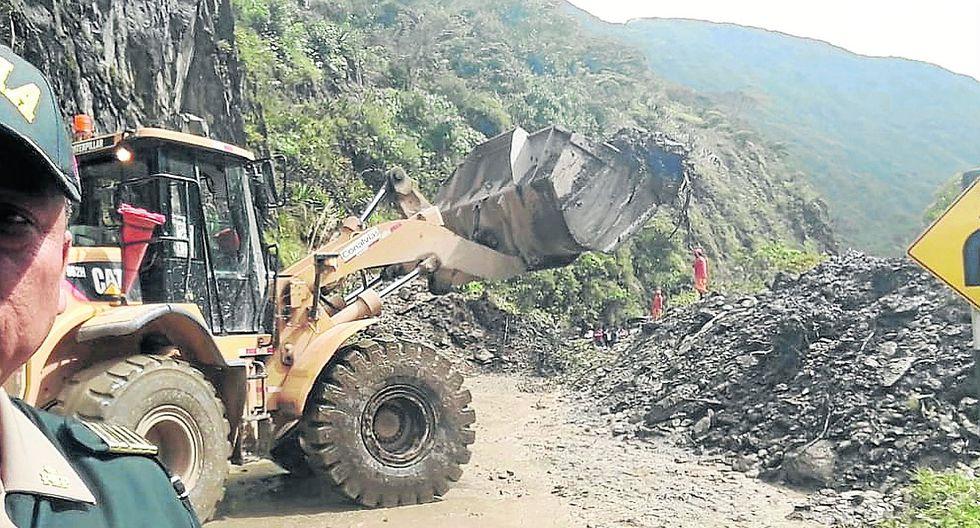 Nuevo huaico bloqueael pase a la Selva Central y policía presta ayuda