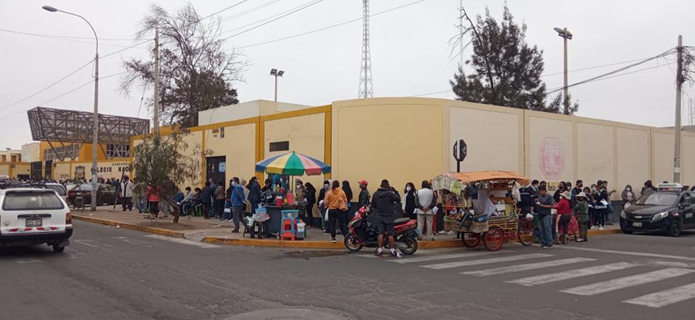 Este es el panorama que se aprecia en los exteriores del centro de vacunación del Colegio San Juan de la ciudad de Trujillo. Hoy se inició la aplicación de la segunda dosis contra el COVID-19 para mayores de 18 años a más. (Foto: Deyvi Mora)