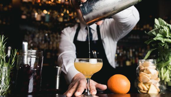 Este bartender se convirtió en un héroe al salvar a dos mujeres de un acosador en un bar (Foto: Barschool)