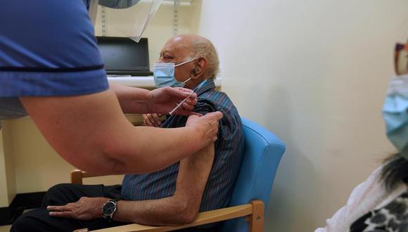 Hari Shukla, 87, recibe la primera de dos inyecciones de vacuna Pfizer / BioNTech Covid-19 en la Royal Victoria Infirmary en Newcastle, Reino Unido. (EFE/Owen Humphreys).