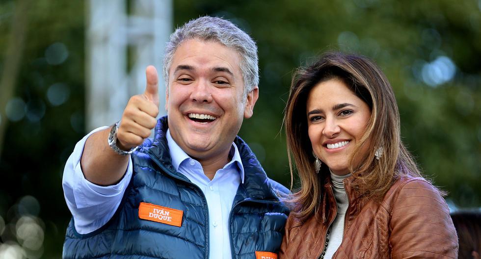"""BOG223. BOGOTÁ (COLOMBIA), 20/05/2018. El candidato a la presidencia de Colombia Iván Duque (i) saluda acompañado por su esposa, María Juliana Ruíz (d), durante su cierre de campaña hoy, domingo 20 de mayo de 2018, en Bogotá (Colombia). Duque aseguró que de ganar las elecciones del próximo domingo asumirá el reto de """"recuperar la economía colombiana"""" ante la situación generada por un """"Gobierno que hizo del derroche la base de su política económica"""". EFE/Leonardo Muñoz"""