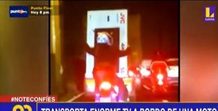 Mujer transporta televisor plasma de 50 pulgadas en una moto lineal (VIDEO)