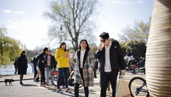 La gente camina en Hyde Park en el centro de Londres el 2 de abril de 2021 mientras la vida continúa luego de una flexibilización de las restricciones del coronavirus para permitir que las personas de más de un hogar se reúnan al aire libre. (Foto: Tolga Akmen / AFP)