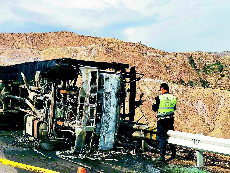 camion-con-ganado-se-despista-e-incendia-y-mueren-dos-personas