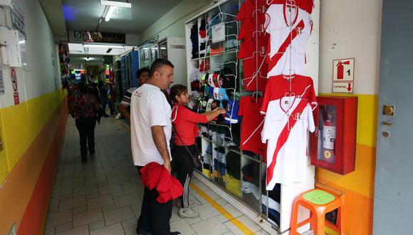 Cada vez se venden más camisetas de la Selección.  (Rolly Reyna / El Comercio)