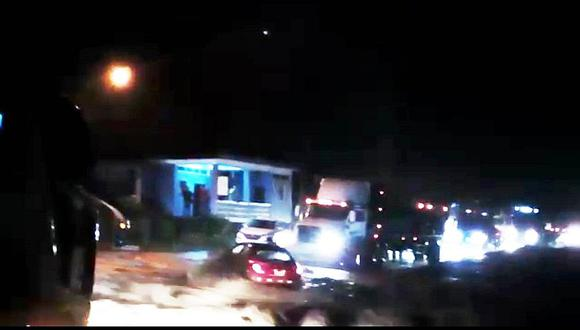 Huaico arrastra auto y pasajeros abandonan unidad a tiempo (VIDEO)