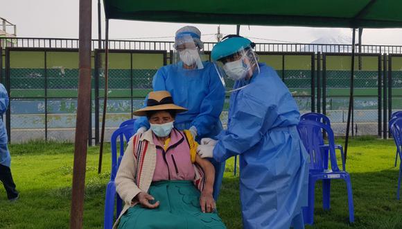 Juana Ramos de 88 años es una de las primeras en recibir vacuna contra el coronavirus en Arequipa| Foto: Pedro Torres
