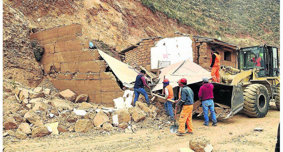 Familia salva de morir pero queda a la intemperie luego del derrumbe de su casa