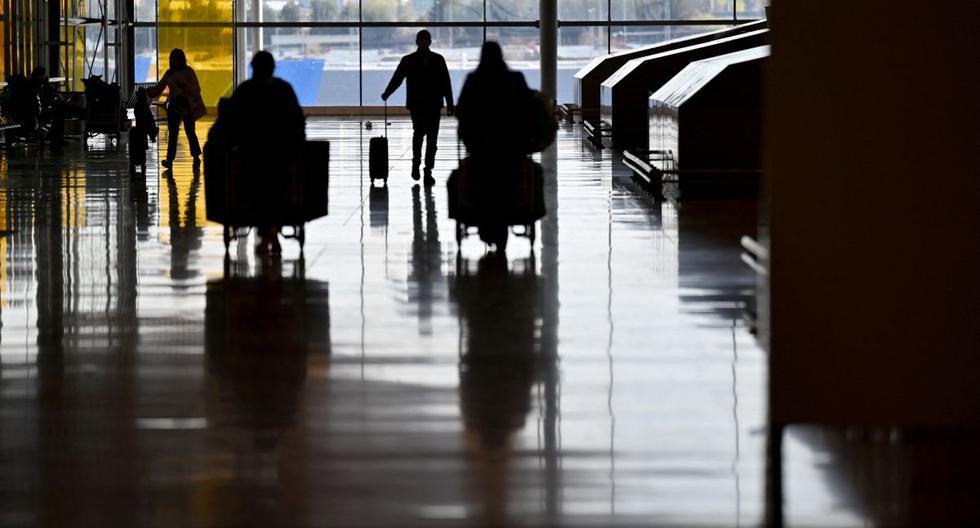 Los viajeros caminan en la Terminal 4 del aeropuerto Adolfo Suárez Barajas, en Madrid, el 23 de marzo de 2021. (GABRIEL BOUYS / AFP).