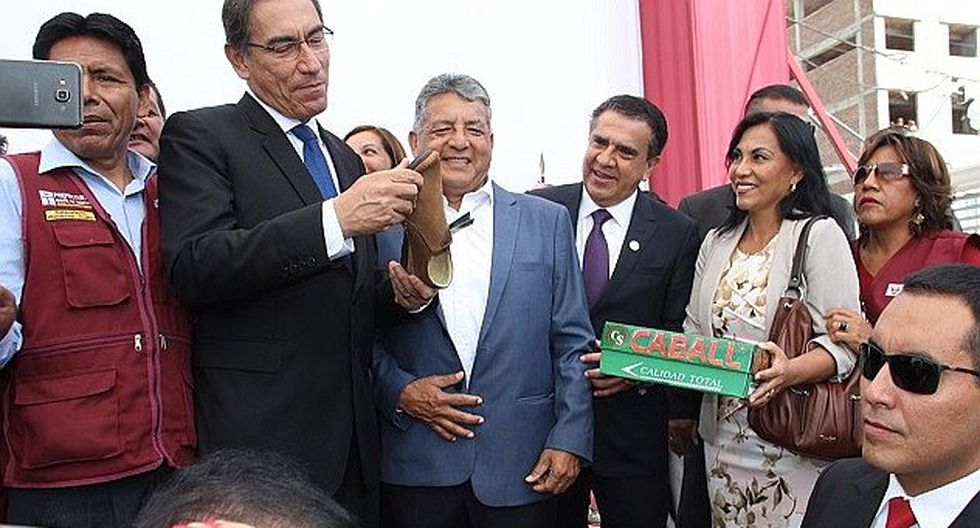 Víctor Rebaza entrega un par de zapatos a Martín Vizcarra como producto emblemático de El Porvenir
